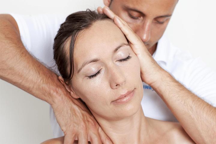 Chiropracteur ajustant des cervicales
