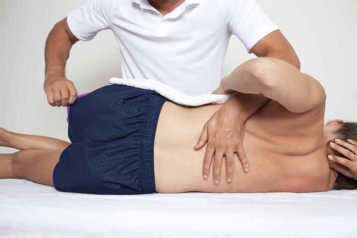 chiropracteur pratiquant l'ajustement